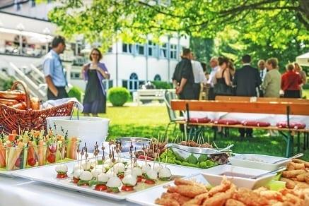 Schlemmerinseln & Finger Food im Garten - Feiern im Hotel Sonnengarten Bad Wörishofen Tagungshotel Bayern