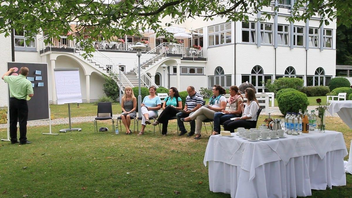 Hotel Sonnengarten Tagung draußen Gruppenarbeit