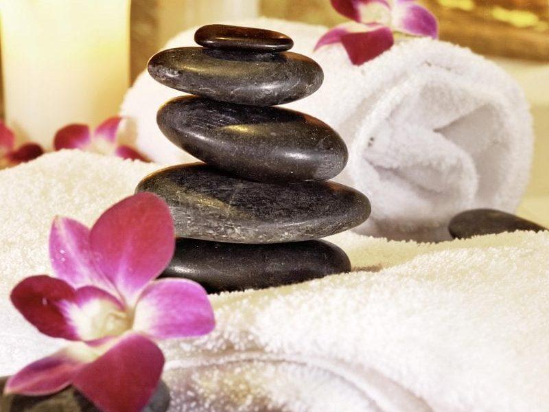 Hot Stone Massage mit heißen Steinen - Wellness & Spa zusätzliche Wohlfühl-Angebote
