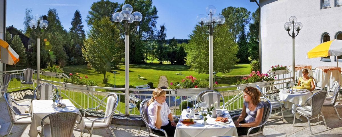 Terrasse mit Blick in Garten_Hotel Sonnengarten Bad Wörishofen